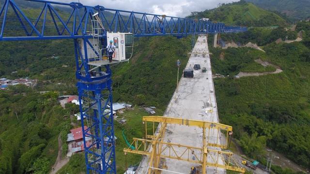 La operaria de torre grúa labora en la construcción del Puente No. 20, donde a diario observa el imponente paisaje.
